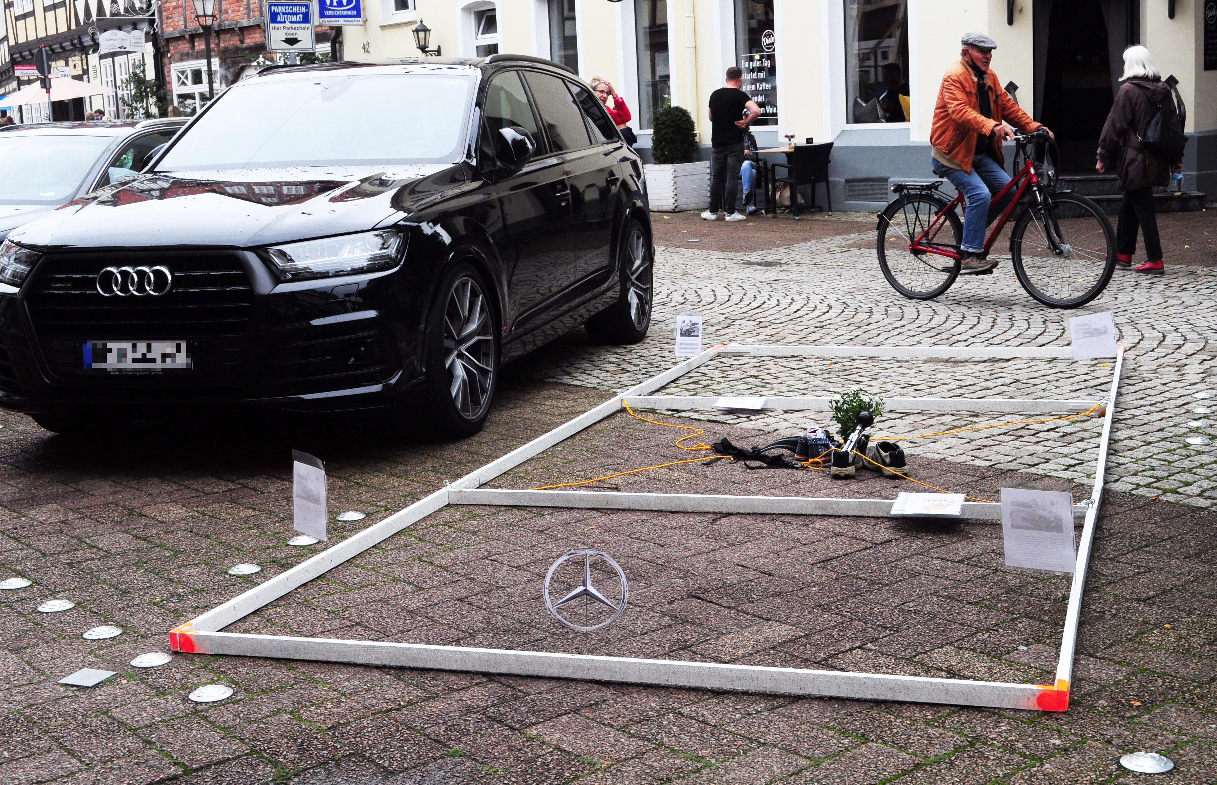 Partizipation vor Ort: ein parkendes Gehzeug an der 12qmKULTUR Veranstaltung in Celle